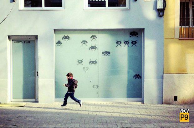 Niño caminando por el Poblenou